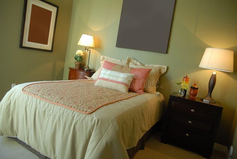 den härliga sovrumdesigninterioren ställer ut royaltyfri fotografi