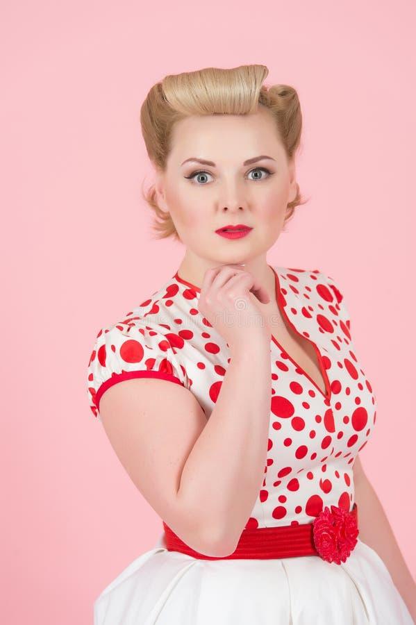 Den härliga ståenden av den tappning utformade kvinnliga modellen med glamourutvikningsbildmakeup och hår klär fotografering för bildbyråer