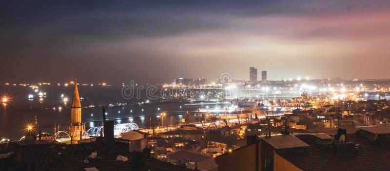 Den härliga staden av Istanbul i mörkret av natten royaltyfri foto