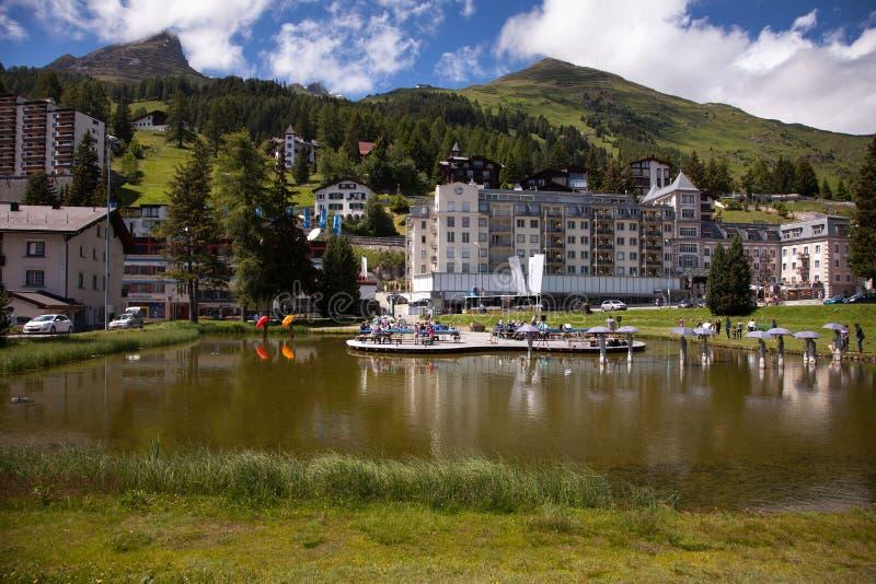 Den härliga staden beskådar dowtown Davos, Schweiz arkivbilder