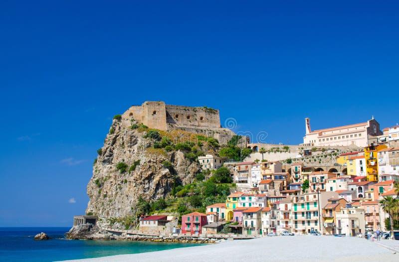 Den härliga staden Scilla med den medeltida slotten vaggar på, Calabria, det arkivbilder