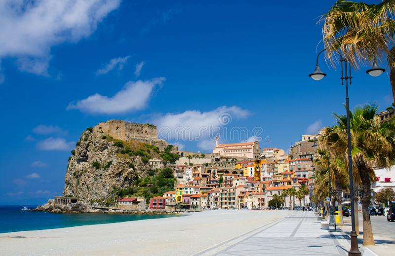 Den härliga staden Scilla med den medeltida slotten vaggar på, Calabria, det royaltyfri fotografi