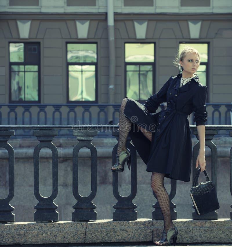 Den härliga stadskvinnan har att gå på en gata royaltyfria bilder
