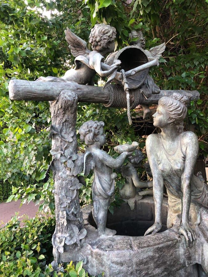 Den härliga statyn med änglar i parkerar arkivbild
