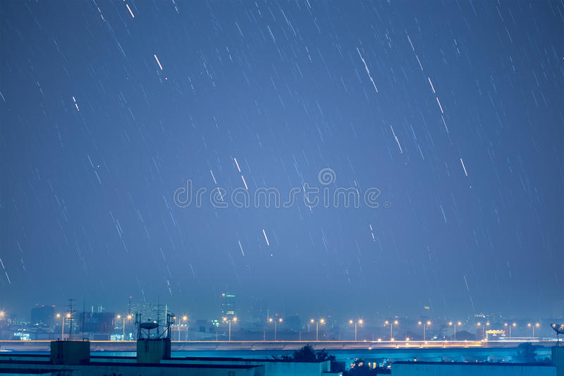 Den härliga stjärnaslingabilden under natten av Geminidsen mete royaltyfri foto