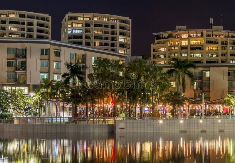 Den h?rliga stranden av Darwin, Australien som ses med reflexionen i vattnet i aftonljuset royaltyfria foton