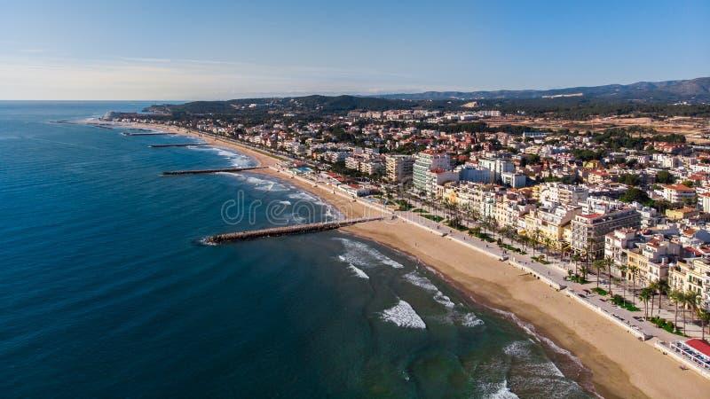Den härliga stranden av sitges i Barcelona, Catalonia i a semestrar Vllage med en flyg- bild för surr fotografering för bildbyråer