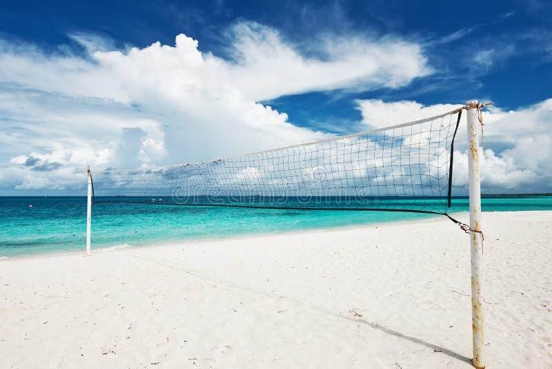 Den härliga stranden med volleyboll förtjänar arkivfoto