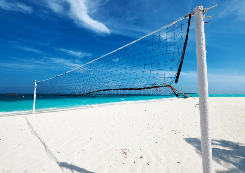 Den härliga stranden med volleyboll förtjänar arkivfoton