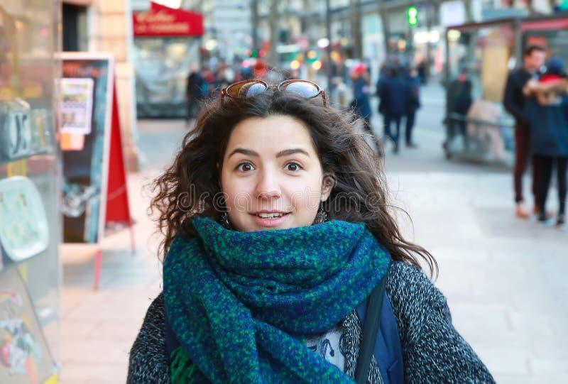 Den härliga studentflickan har gyckel i Paris arkivfoto