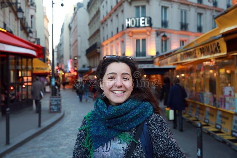 Den härliga studentflickan har gyckel i Paris arkivbilder