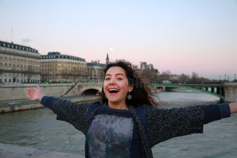 Den härliga studentflickan har gyckel i Paris arkivbild