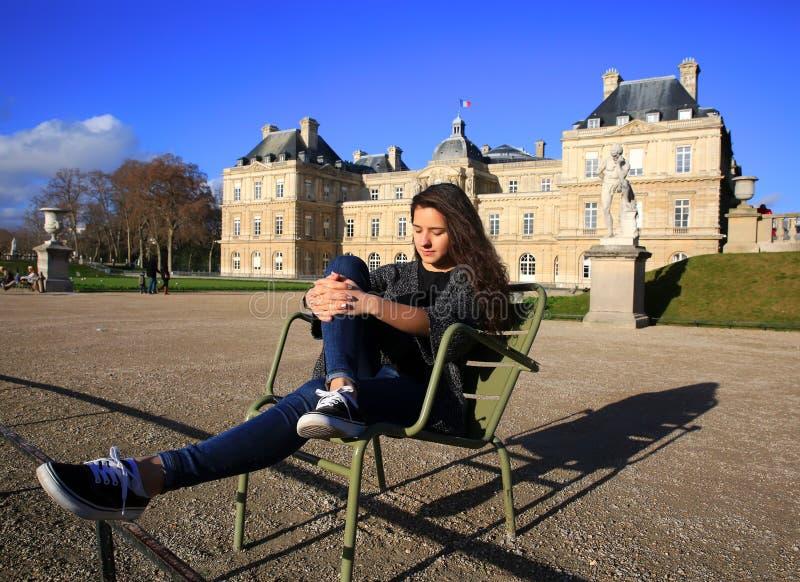 Den härliga studentflickan har gyckel i Paris royaltyfri bild