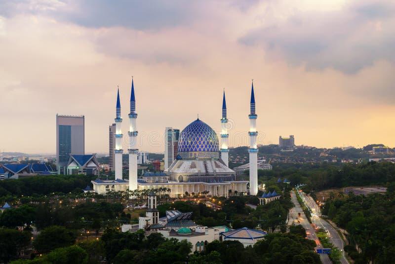 Den härliga Sultan Salahuddin Abdul Aziz Shah moskén också som är bekant som den blåa moskén som lokaliseras på Shah Alam, Selang royaltyfri foto