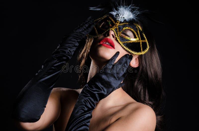Den Sultry kvinnan med den Venetian maskeraden maskerar royaltyfri bild
