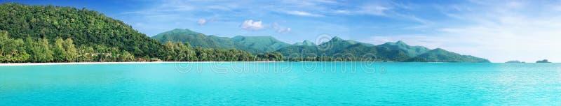 Den härliga tropiska Thailand ön som är panorama- med stranden, det vita havet och kokosnöten, gömma i handflatan royaltyfria bilder