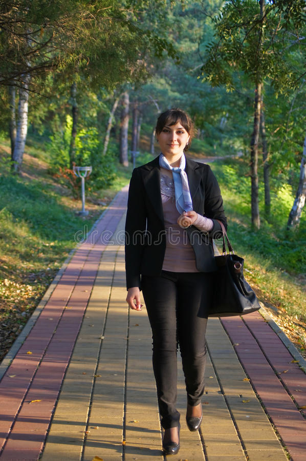 Den härliga unga flickan går på parkerar in royaltyfri fotografi