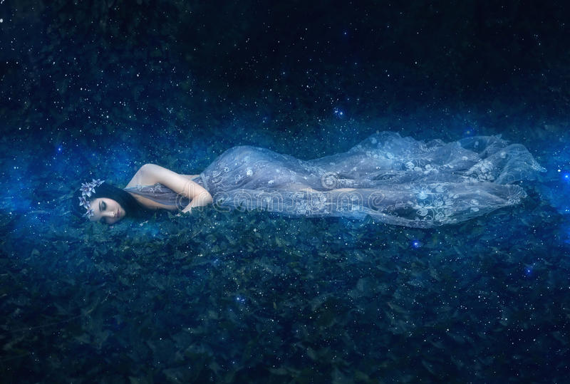 Den härliga unga flickan sover i armarna av utrymme royaltyfria foton