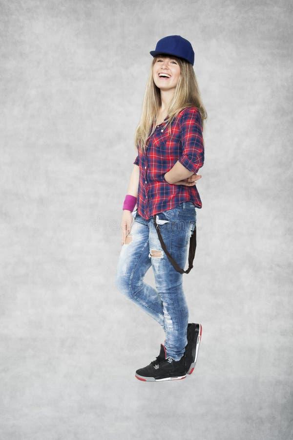 Den härliga unga flickan startar att dansa med leendet royaltyfri foto