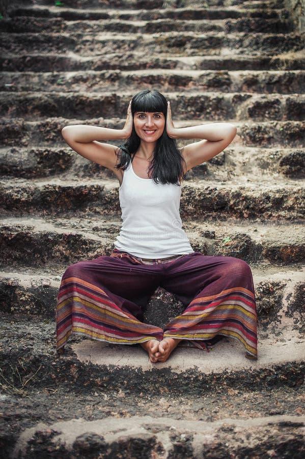 Den härliga unga flickan visar symbol för tre apa fotografering för bildbyråer