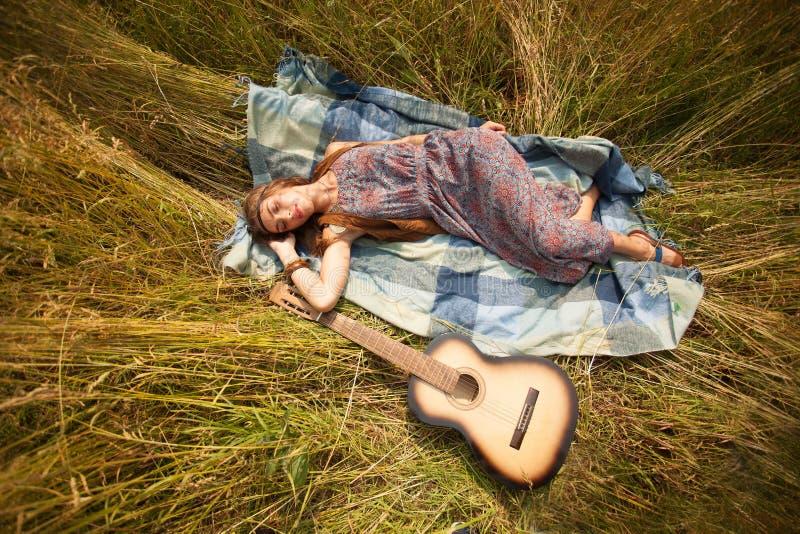 Den härliga unga hippieflickan har en vila royaltyfria foton