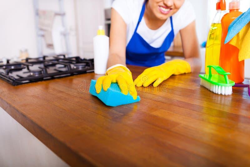 Den härliga unga kvinnan gör att göra ren huset Flickalokalvårdki royaltyfri foto