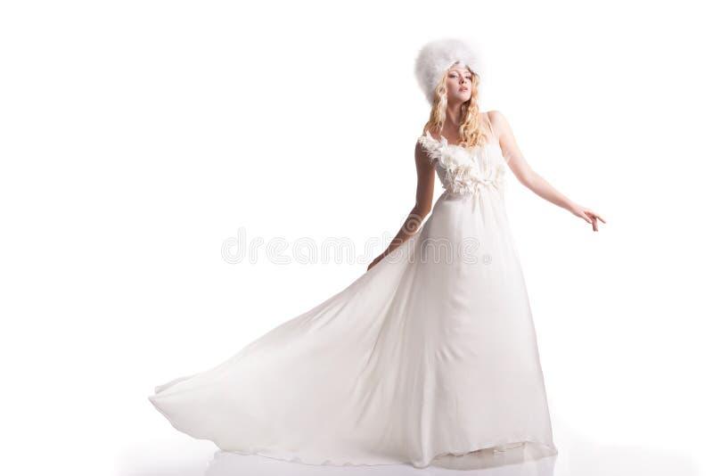 Den härliga unga kvinnan i en bröllopsklänning fotografering för bildbyråer