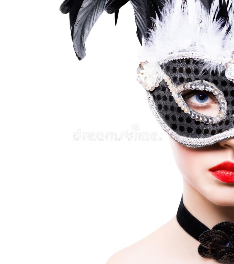 Den härliga unga kvinnan i svart karneval maskerar royaltyfri foto