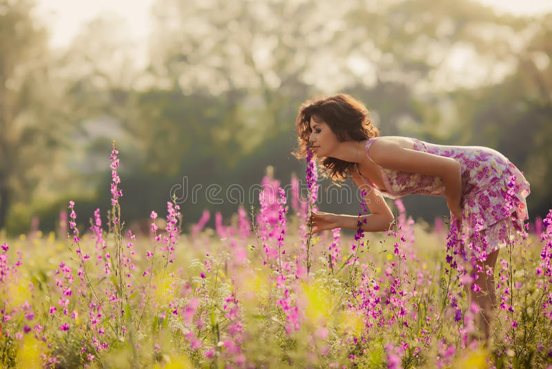 Den härliga unga kvinnan i vår blommar utomhus royaltyfri fotografi