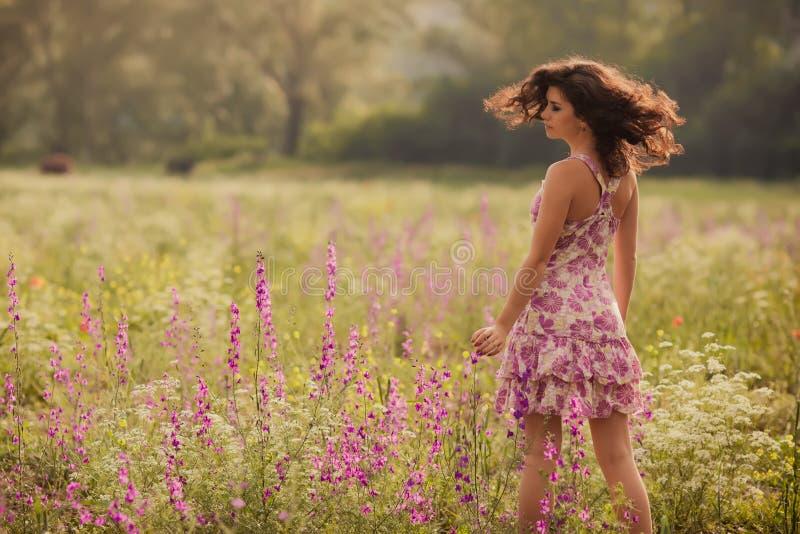 Den härliga unga kvinnan i vår blommar utomhus arkivbilder