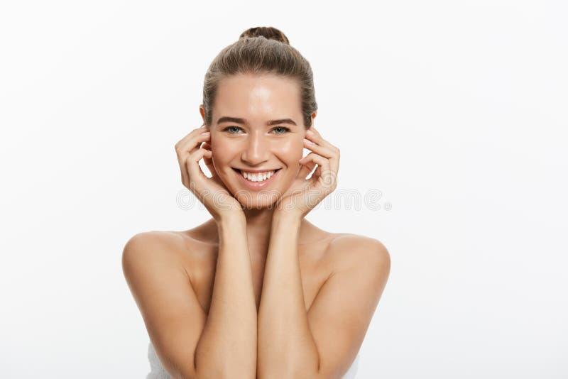 Den härliga unga kvinnan med rent nytt gör perfekt hud Stående av modellen med naturligt näckt smink, med handduken på kroppen royaltyfria foton