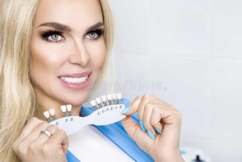 Den härliga unga kvinnan med vita och sunda tänder, ler hon arkivfoto
