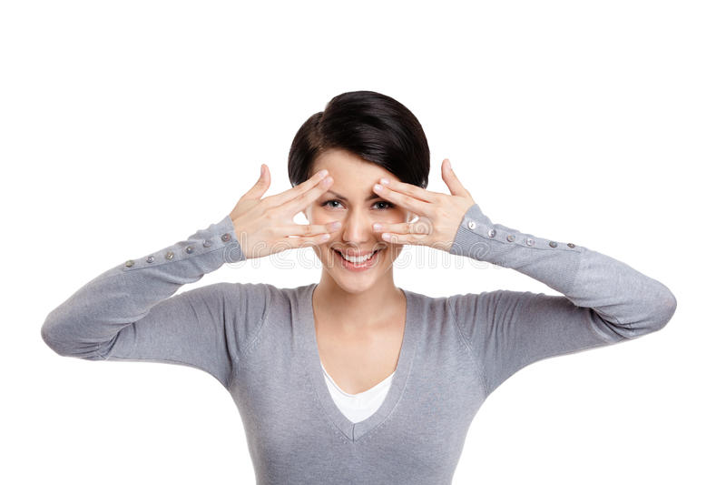 Den härliga unga kvinnan räknar henne ögon med händer arkivbild