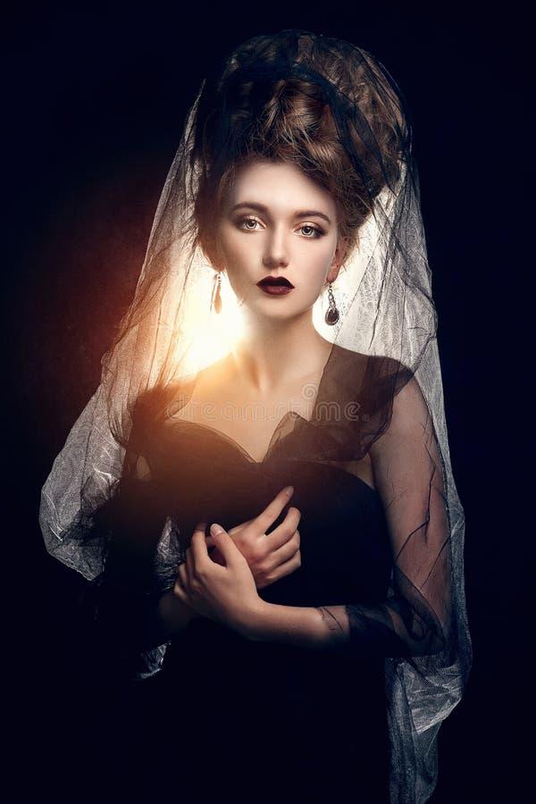 Den härliga unga kvinnan skyler in royaltyfria foton