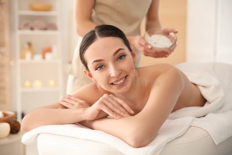 Den härliga unga kvinnan som har massage med kroppen, skurar arkivbilder
