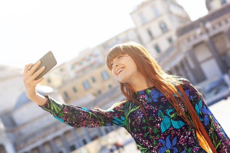 Den härliga unga kvinnan tar en selfie i Naples arkivfoton