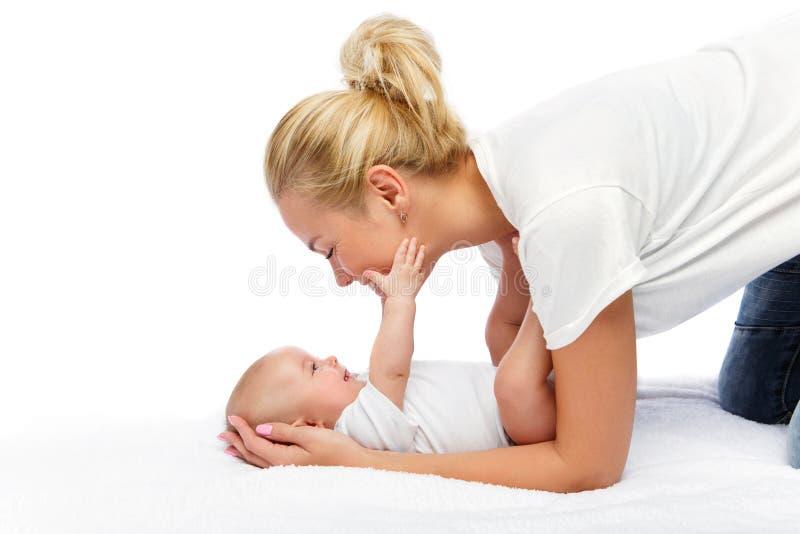 Den härliga unga modern med lilla barnet behandla som ett barn flickan arkivfoton