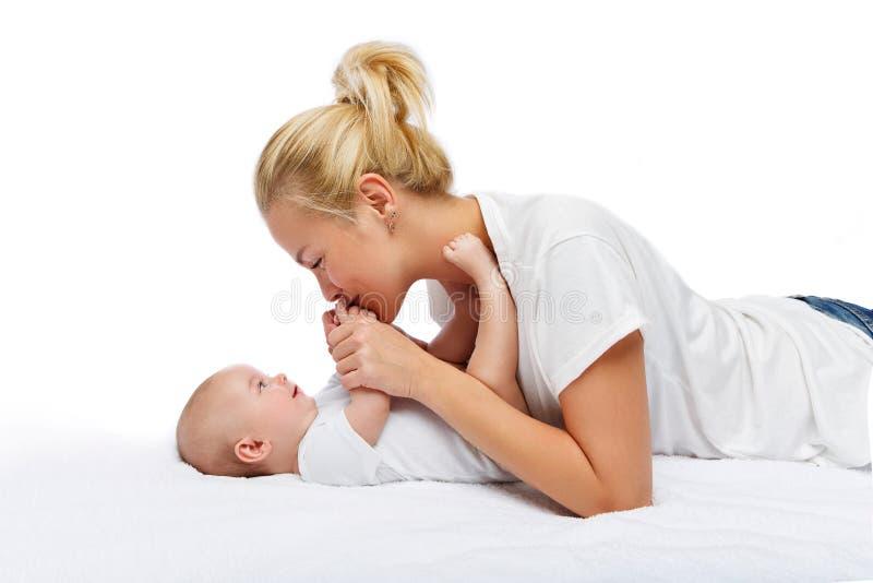 Den härliga unga modern med lilla barnet behandla som ett barn flickan arkivbild