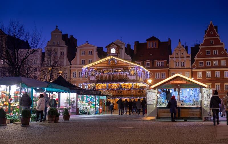 Den härliga upplysta träpaviljongen på traditionell jul marknadsför på Wroclaw san f?r natt f?r fj?rdbroca francisco tid poland royaltyfria bilder
