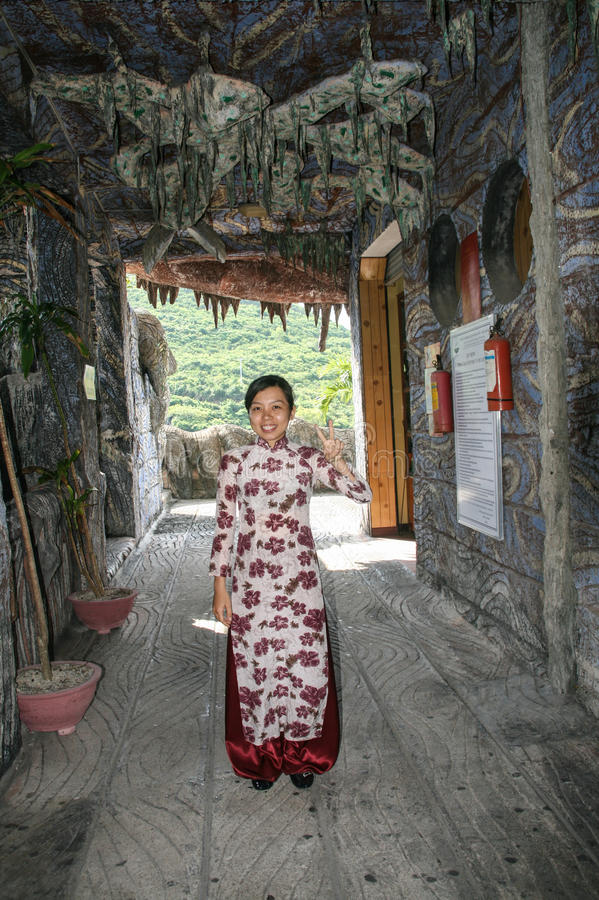 Den härliga vietnamesiska flickan i Marine Museum av Nha Trang, Vietnam arkivbild