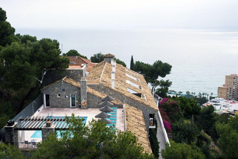 Den härliga villan mot bakgrunden av det medelhavs- fördjupas i vårblommor Malaga, royaltyfria foton