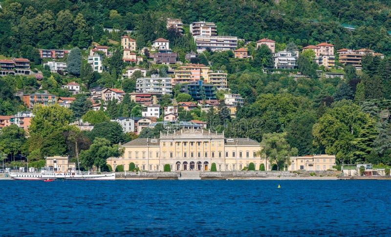 Den härliga villan Olmo som sett från färjan, på sjön Como, Lombardy, Italien royaltyfri fotografi