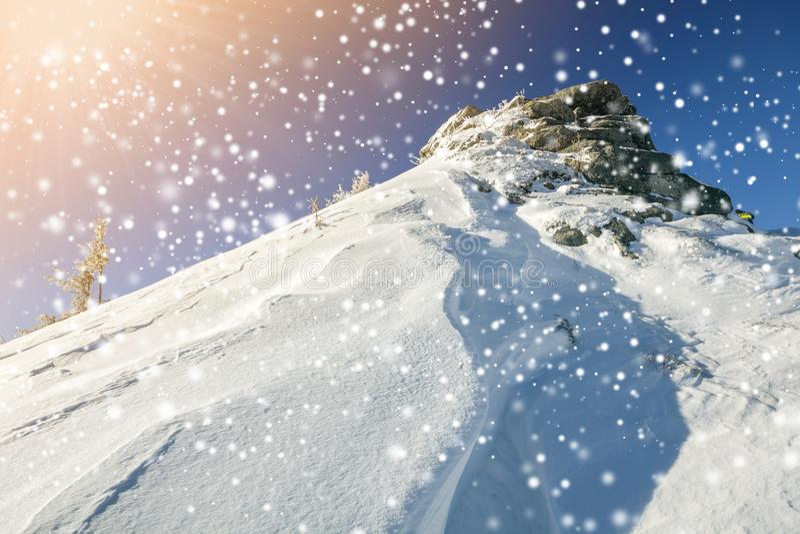 Den härliga vintern landscape Brant bergkullelutning med vit royaltyfria bilder