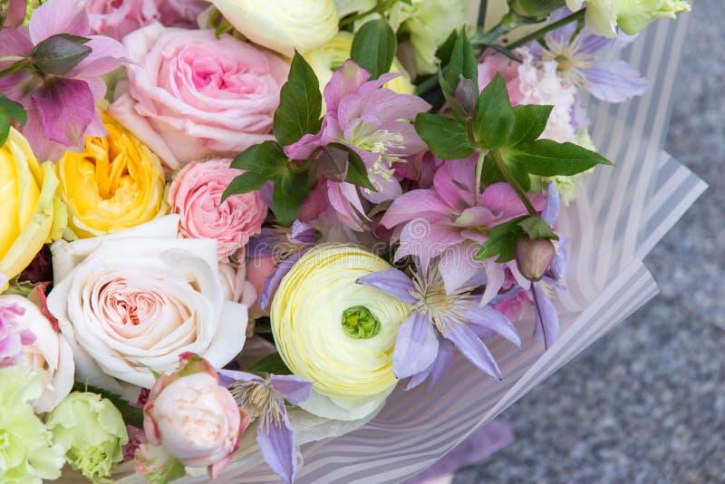 Den härliga vita gula rosa gifta sig buketten av blomsterhandlaren med rosor och olika blommor stänger sig upp, makroen vektor fö royaltyfria bilder