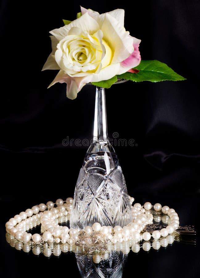 Den härliga wineglassen med white steg royaltyfria bilder