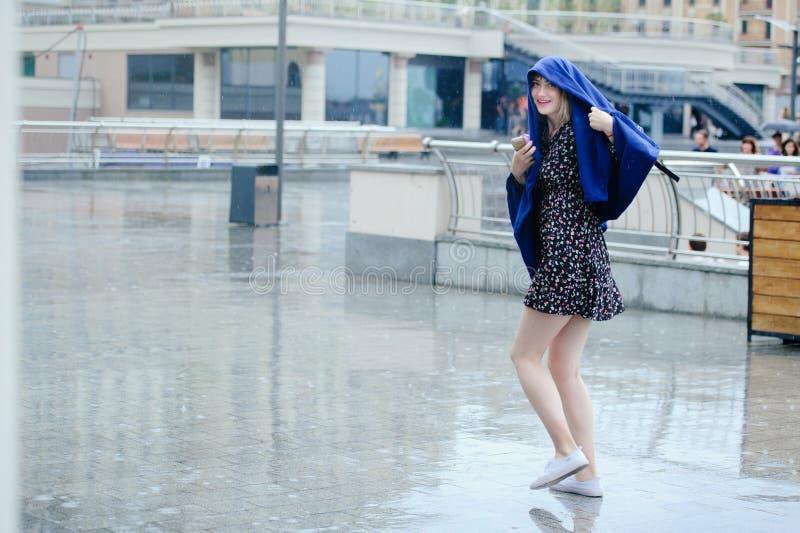Den härligt unga kvinnan i regnet som, är sinnligt och, stillar, vått hår royaltyfri bild