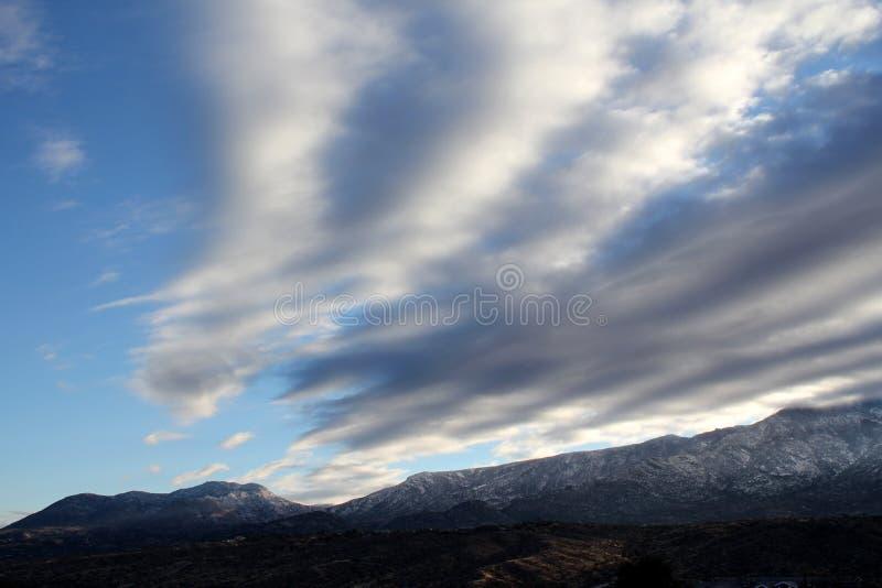 Den härligt vinterdagen med blåa himlar och pösigt i snön täckte berg i Tucson Arizona royaltyfri foto