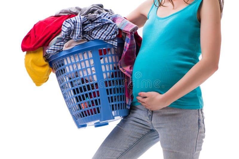 Den hållande korgen för kvinna av smutsiga kläder som kräver tvagningen arkivbild