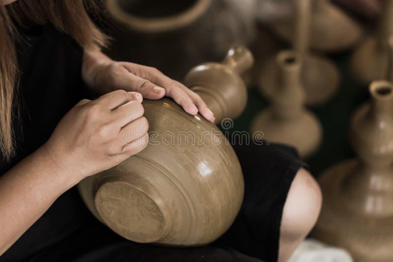 Den höga asiatet handcraft krukan för keramikerdanandelera arkivfoto