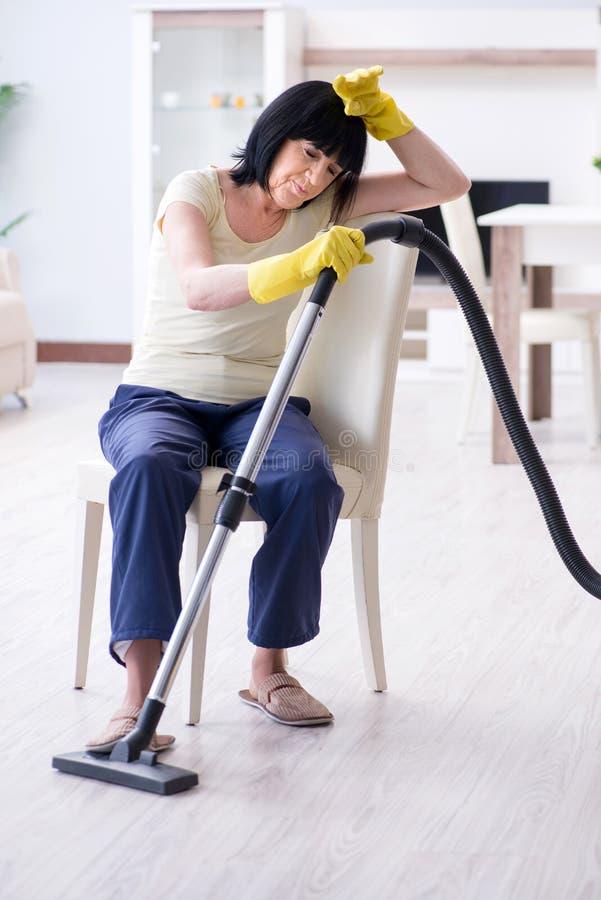 Den höga gamla kvinnan tröttade efter vakuumlokalvårdhuset royaltyfria bilder